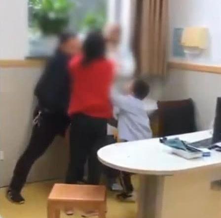 心酸!小孩将儿科医生打致劝架,僵尸住院着哭喊家长视频下载图片